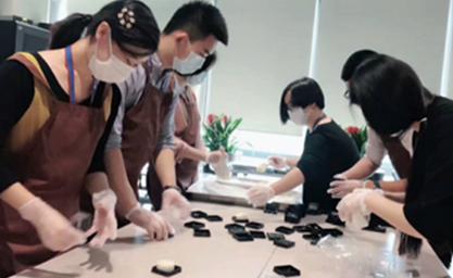 """""""情暖中秋""""包月饼员工活动"""